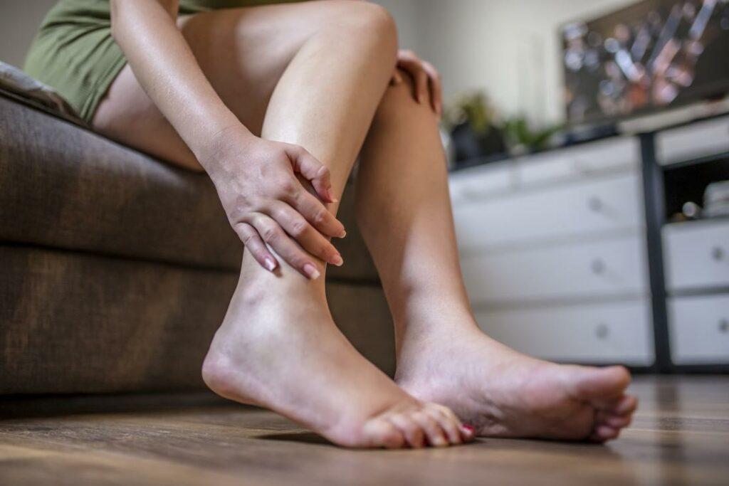 Как быстро избавиться от отеков ног?